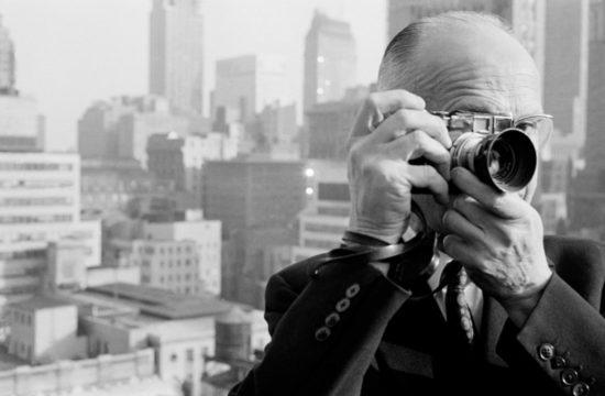 Henri Cartier-Bresson è stato un fotografo francese, è considerato un pioniere del fotogiornalismo, tanto da meritare l'appellativo di